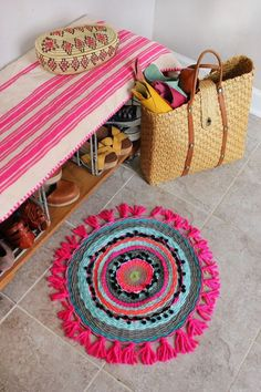 Woven Circle Mat DIY (A Beautiful Mess) I am on a mission to see how many different home decor items I can weave! Just kidding but not really. Weaving is such an ancient skill and it makes me feel connected to generations of women (and men) Kids Crafts, Diy And Crafts, Arts And Crafts, Weekend Projects, Craft Projects, Circle Rug, Idee Diy, Beautiful Mess, Woven Rug