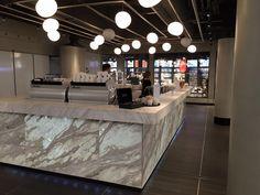 Le Clair is een heerlijk café-patisserie in Parijse stijl, maar dan gewoon op Amsterdam Centraal Station. De zaak, waar de éclair de hoofdrol speelt, werdmede ontwikkeld door sterrenchef Robert Kranenborg. De éclairs worden bereid in een open keuken en gedurende de gehele dag vers afgebakken. In een lange, grote vitrine worden zeals juweeltjes gepresenteerd. Locatie …