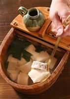 京都 三条木屋町「豆水楼」 うっかりつまらん店に入ってしまい、こんなん違う!とオーダーをキャンセルして飛び出し、ちゅらちゅらと夢中で先斗町~木屋町通りを北上し、このお店にたどり着いたときの、安堵。忘れません。 お豆腐がお風呂に入ってるよ~。