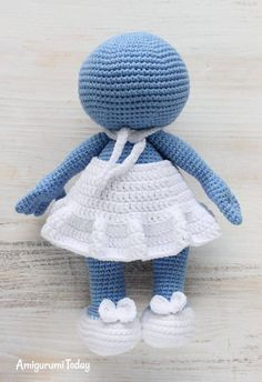 Let your mind wander into the fancy world of the Smurfs with this super soft crochet Smurfette! Use our free Smurfette Amigurumi Pattern to create the lovely toy for your little ones :) Knitted Doll Patterns, Knitted Dolls, Crochet Patterns, Crochet Ideas, Crochet Animal Amigurumi, Crochet Toys, Loom Knitting Stitches, Free Crochet Bag, Homemade Dolls