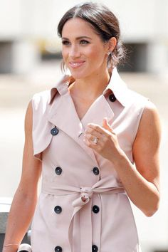 7 Meghan Markle Tricks For Looking More Photogenic. SHE GOES FOR HEAD-TO-TOE ENSEMBLES #purewow #tip #photography #fashion #beauty #meghanmarkle #meghanmarklebeauty #meghanmarklestyle #meghanmarklefashion #royals #photogenic #bemorephotogenic #photogenictips #BeautyRoutineForWomen Wimbledon, Soft Bridal Makeup, Pose, Tanning Cream, Meghan Markle Style, Wide Brimmed Hats, Best Salon, Younger Looking Skin, Skin Treatments