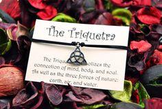 Pulsera de Triquetra. Charm colgante. Cordon de por WitchDreams