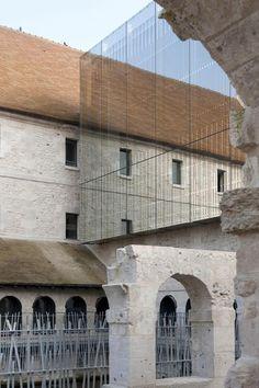 Contrastes  Detalle de fachada. Escuela de Música de Louviers por Opus 5 architectes. Fotografía © Luc Boegly.