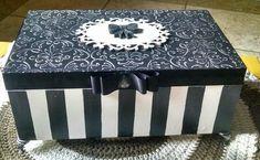 Aqui apresento os meus trabalhos que faço com muito carinho. Adorooooooo pintar!!!!! Decoupage Vintage, Decoupage Box, Cigar Box Crafts, Fabric Covered Boxes, Diy Storage Boxes, Cigar Boxes, Craft Bags, Jewellery Boxes, Wedding Boxes