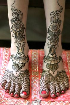10 simple Arabic mehndi designs for legs, which are one of the most beautiful parts of the feminine body! Get some Arabic motifs for gorgeous feet and legs! Leg Henna, Leg Mehndi, Legs Mehndi Design, Hand Henna, Mehendi, Beautiful Arabic Mehndi Designs, Arabic Design, Heavy And Light, Gorgeous Feet