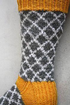 Pesä puussa: Neulottua harmaakeltaista, kirjoneulesukat ja neulepaita Crochet Socks, Knitted Slippers, Knitting Socks, Knit Crochet, Woolen Socks, Boot Cuffs, Knitting Accessories, Mittens, Free Pattern