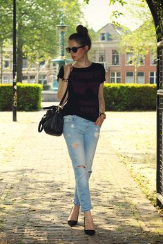 Mixing such a casual outfit with heels is a look I love. Black shirt, purse, and heels with a light wash jeans.