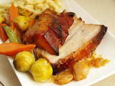 Maso omyjeme, pečlivě osušíme, kůži nařežeme do mřížky. Marinádu si připravíme tak, že smícháme 2 lžíce piva, med, pepř, koriandr, sůl a jeden... Pot Roast, Meat, Ethnic Recipes, Food, Carne Asada, Roast Beef, Meal, Eten, Meals