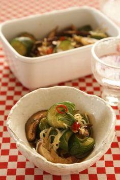 蛇腹きゅうりの中華風漬けもの(作り置き) by もりもん / きゅうりを蛇腹切りにして、干ししいたけ、長ねぎとともに、ごま油、醤油、酢で漬けました。ちょっとピリ辛で、あとひく美味しさです。 / Nadia