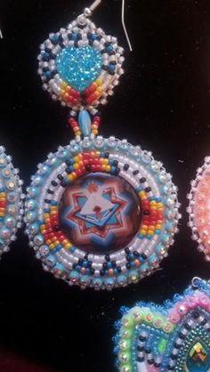 Native American beaded earrings Native Beading Patterns, Beadwork Designs, Seed Bead Patterns, Jewelry Patterns, Powwow Beadwork, Native Beadwork, Native American Beadwork, Seed Bead Jewelry, Seed Bead Earrings