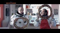 Nell'ultimo spot Wind con Panariello astronauta lo ritroviamo alle prese con una strana pizza col buco!