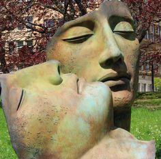 Igor Mitoraj (1944-2014) Volti di giganti. Bronzo. Opera esposta a Berlino nel 2013. L'artista polacco ha scolpito nella sua carriera numerose teste di rimando classico di notevoli dimensioni. Volti e busti sono spesso tagliati: rimangono quei pezzi dell'uomo che mantengono la forza eterna del pensiero. Brandelli del grande pensiero come brandelli sono le rovine del mondo classico.