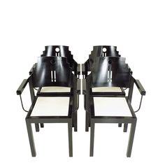 """Komplet czterech modernistycznych krzeseł wyprodukowanych w centrali firmy """"Thonet"""" w Wiedniu.Meble wykonane z drewna bukowego,…"""