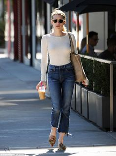 Emma Roberts works her enviable figure in fitted top and jeans - - Emma Roberts works her enviable figure in fitted top and jeans Street Chic The street is her runway! Emma Roberts showcased her sense of style on Monday in Los Angel… Komplette Outfits, Jean Outfits, Casual Outfits, Fashion Outfits, Casual Jeans, Jeans Fashion, Moda Casual, Casual Chic, Emma Roberts Style