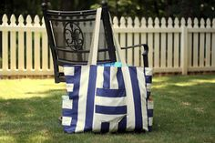 I like big bags, I cannot lie. Excellent sewing tutorial for a lined/reversible giant beach tote with multiple pockets. Definitely worth a read; the tutorial itself is hilarious. PINNED it, TRIED it, LOVED it.