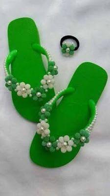 Aprende cómo decorar sandalias de verano usando joyería ~ Belleza y Peinados Bling Flip Flops, Cute Flip Flops, Flip Flop Shoes, Beaded Beads, Beaded Jewelry Patterns, Crochet Sandals, Crochet Shoes, Dyi Necklace, Crochet Flip Flops
