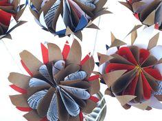 Paper proteas made from packaging waste - Proteas de papel reciclado Flor Protea, Protea Flower, Book Crafts, Paper Crafts, Diy Crafts, Wedding Crafts, Wedding Favours, Fabric Flowers, Paper Flowers