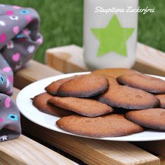 Für dieses Low Carb Cookies Rezept benötigst du nur 4 Zutaten: Erythrit, Fiber Sirup (hier zu finden: http://amzn.to/2sXcE6s ), Mandelmus und ein Ei. Die perfekten Low Carb Kekse also, die du nicht nur als Low Carb Dessert genießen kannst, sondern auch zum Low Carb Frühstück oder als Snack für Zwischendurch.