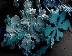 Flocon de neige apparaissant à basse température, vu sous un microscope électronique à balayage (MEB).
