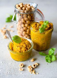 Pesto, bare én lille bitte skefuld, men så meget smag! Denne pesto adskiller sig fra de klassiske pestoer, hvor krydderurter er hovedingrediensen. I denne pesto er det gulerødder, der…
