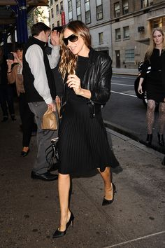 Sarah Jessica Parker in all black; A-Line skirt, black moto jacket, black pumps Sarah Jessica Parker, Love Her Style, Style Me, Leather Jacket Outfits, Celebrity Look, Winter Looks, Look Fashion, Street Style, Style Inspiration
