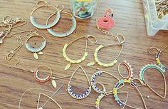 Il y a de la nouveauté dans l'air on dirait ! Ps: un flamant rose. Se cache sur cette photo...saurais tu le retrouver ? #nouveautés #créations #créateur #bijoux#faitmain #handmade #littlepo#littlepoart #Nantes #Naples#perles#beads #jewelry #earrings #bouclesdoreilles #necklace #collier #madeinfrance #madeinnantes