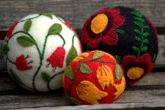 """Défi novembre- """"Dites-le avec des fleurs""""- Lot de boules de sapin de Noël en laine feutrée, brodées : Accessoires de maison par granny-an"""