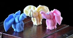 Kreatívny DIY nápad a návod urob si sám s deťmi roztomilých sloníkov z uterákov, resp. osušiek. Slon z uterákov ozvláštni kúpeľňu, či poteší detí