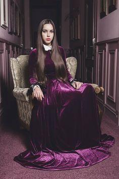 POSHCLUB. Еще со времен средневековой Европы бархат был одной из самой дорогих и роскошных тканей, одежду из которого могли себе позволить лишь высшая аристократия и самые богатые семейства. Пурпурный, всегда был цветом принадлежности к королевской семье. Таким образом надевая платье из пурпурного бархата вы создаете сильную ассоциацию с роскошью, принадлежностью к королевской семье, и самым высоким положением в обществе. Статус обязывает.