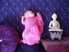 """A resposta mais correta para a pergunta desta postagem seria: """"cuidar do seu bebê"""". Mas como se trata de uma PUBLICITÁRIA, então, além de cuidar do bebê, ela exercita a sua CRIATIVIDADE. Adele Enersen é uma publicitária finlandesa que aproveitou a sua licença maternidade para exercitar a criatividade e fez uma produção fotográfica caseira (para …"""