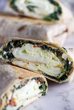 Recipes Breakfast Wraps This Copycat Starbucks spinach and feta breakfast wrap is a great way to start your day and keep you full all morning. It is a healthy, low-fat breakfast wrap with egg whites, feta cheese, tomatoes, and spinach. Breakfast And Brunch, Low Fat Breakfast, Breakfast Burger, Healthy Breakfast Recipes, Brunch Recipes, Healthy Recipes, Healthy Starbucks Breakfast, Low Fat Vegetarian Recipes, Spinach And Eggs Breakfast
