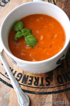 Tomatensoep Jamie style! In een oud tijdschrift kwam ik dit lekkere recept van Jamie Oliver voor geroosterde tomatensoep tegen. Vooral dat stukje 'geroosterd' sprak me aan en een Jamie recept op z'n tijd is leuk! :-) Soup Recipes, Vegetarian Recipes, Healthy Recipes, Healthy Food, Healthy Diners, Curry Pasta, My Favorite Food, Favorite Recipes, Food Log