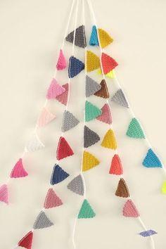 Haakpatroon: Slinger / How to make an easy crochet bunting (pattern) (How To Make Christmas Bunting) Crochet Home, Love Crochet, Beautiful Crochet, Diy Crochet, Crochet Crafts, Yarn Crafts, Crochet Baby, Crochet Projects, Crochet Bunting Pattern