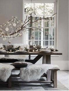 So stylish Chritmas table decorations with hanging ornaments @pattonmelo