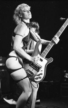 Apprenez à jouer de la #guitare basse comme Gina Harlow (The Cutthroats) sur MyMusicTeacher.fr