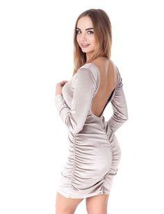 Коктейльное платье из бархата с декольтированной спиной. По боковым и центральному шву спинки выполнена сборка. Рост модели на фото 167 см