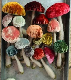 art textile : Julie Collings, velvet mushrooms in autumnal colors Fabric Art, Fabric Crafts, Art Projects, Sewing Projects, Diy And Crafts, Arts And Crafts, Textiles, Vintage Velvet, Textile Art