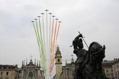 Le Frecce Tricolori sorvolano Torino per il Raduno Nazionale degli Alpini 2011.  foto: spaziotorino.it
