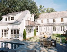 Beautiful white home exterior and backyard with pool - Architect Pools Dreamhouse Barbie, Style At Home, Architecture Design, Backyard Landscaping, Backyard Ideas, Patio Ideas, Diy Patio, Backyard Pools, Pool Decks
