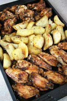 Łatwe danie, przygotowywane na jednej blaszce z ziemniakami, nie wymaga wiele wysiłku. Skrzydełka zamarynowałam dwie godziny przed pieczenie...