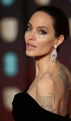 Angelina Jolie huge diamond dangly earrings, light peach lipstick w lipgloss (try mixing peach w nude then top w lipgloss) Angelina Jolie Makeup, Brad Pitt And Angelina Jolie, Jolie Pitt, Peach Lipstick, Charlize Theron, Hollywood Celebrities, Most Beautiful Women, American Actress, Makeup Looks