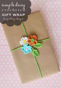 Crochet Gift Wrapping Ideas This FREE! crochet pattern for this adorable gift wrapping idea is perfect for spring and summer. Made from crocheted daisies and a leaf chain, it's sure to get attention at your next party! Creative Gift Wrapping, Wrapping Ideas, Wrapping Gifts, Crochet Flower Patterns, Crochet Flowers, Crochet Ideas, Crochet Home, Crochet Gifts, Crochet Style