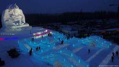 Eisparadies in der nordchinesischen Stadt Harbin 1 von 7: Ab Donnerstag können Besucher aus aller Welt mehr als 2000 Eisskulpturen in der nordchinesischen Stadt Harbin besuchen. Die Buddhastatue auf dem Bild sowie die Brücken vor ihr bestehen nur aus Eis und Schnee.