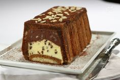 Lo stracchino della duchessa è un dolce semifreddo a base di crema al mascarpone insaporita da amaretti, cacao e mandorle.
