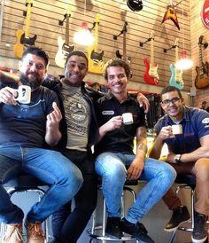 Entre um café e uma boa conversa, existe uma grande parceria e confiabilidade. Este é o nosso convite para vocês, amigos e clientes, a tomarem o nosso famoso #cafedas18 aqui na loja!  Veeemmm!! #clubegaragem #coffee