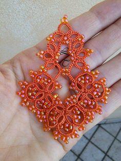 Altro schema altra corsa! Questi orecchini sono nati dall'ispirazione della bravissima Lorella Tacchini (quelli arancioni sono gli orig...