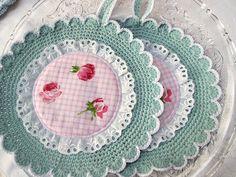 Rund gehäkelte Topflappen mint-weiß mit rosa Rosen von Barosa auf DaWanda.com Crochet Kitchen, Crochet Home, Knit Crochet, Macrame Patterns, Quilt Patterns, Baby Knitting Patterns, Crochet Patterns, Rose Basket, Crochet Lace Edging