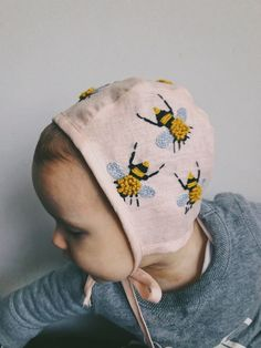 Pink bonnet with embroidered bees - The most beautiful children's fashion products Little Ones, Little Girls, Diy Bebe, Baby Bonnets, Kind Mode, Kids Wear, Baby Love, Cute Kids, Kids Fashion
