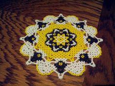 Napperon jaune, blanc et noir en tissage danois : Accessoires de maison par perleplume
