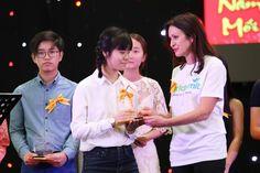 Phát thưởng cho học sinh giỏi văn tiếng Việt và VCE 2017